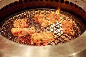 網で焼かれる上ミノ(焼肉)の写真・フォト素材