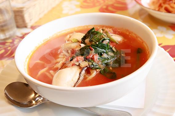 広島産カキとほうれん草のスープパスタの写真・フォト素材