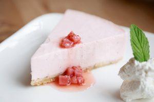 イチゴのレアチーズケーキの写真・フォト素材