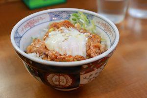 温玉のせホルモン丼の写真・フォト素材