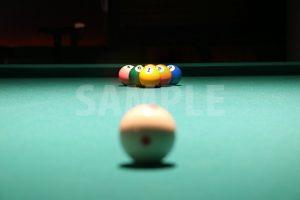 ビリヤードの手玉越しのボールの写真・フォト素材