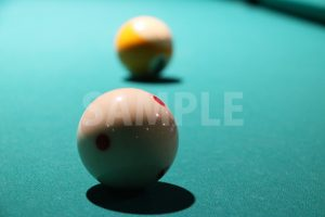 ビリヤードの手玉越しのボール(9)の写真・フォト素材